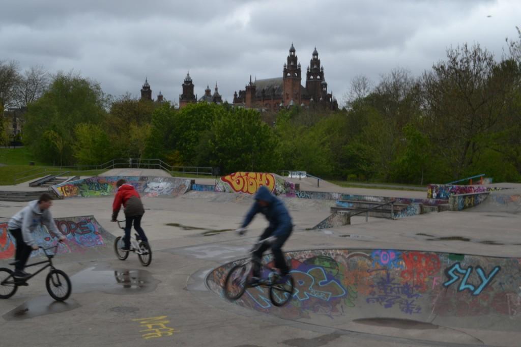 Pista de skate y bicis, con el Museo Kelvingrove de fondo