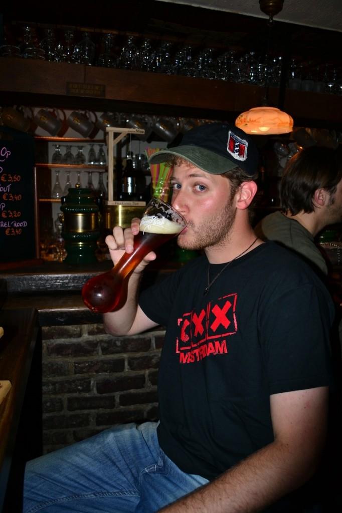 Kwak en su extraño vaso, una de las taaantas cervezas de Bélgica