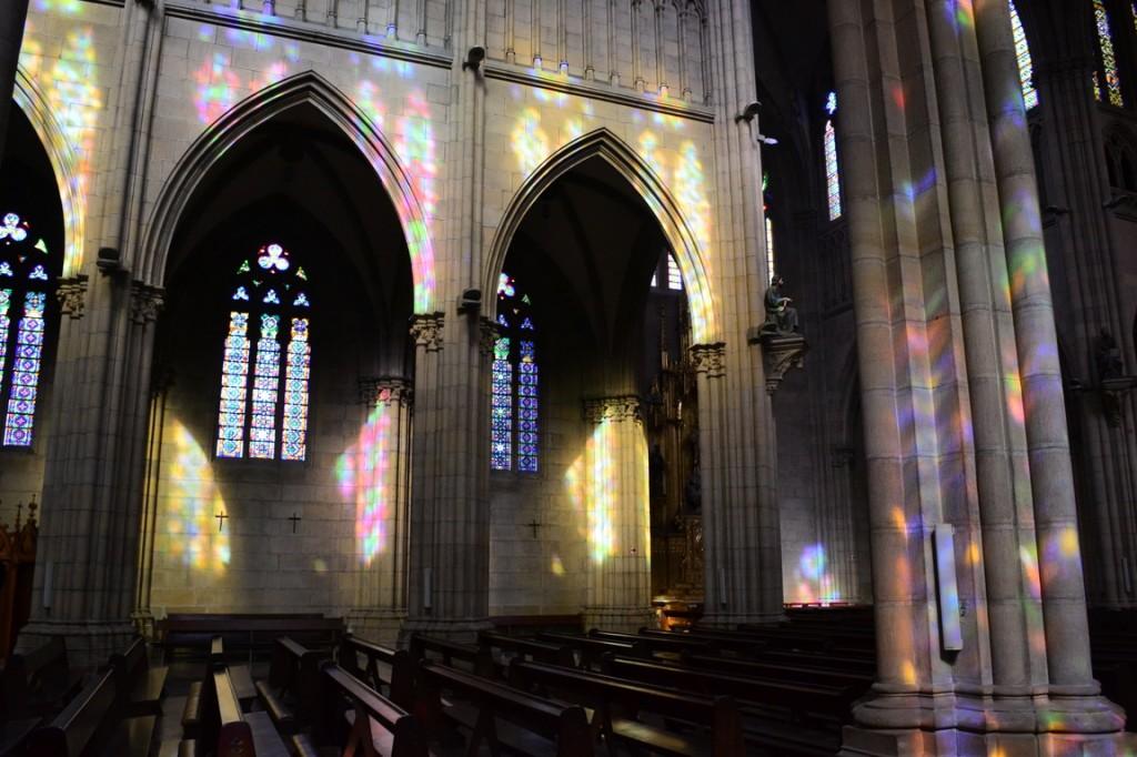 Juego de luces en la Catedral de San Sebastián debido a los vitreaux