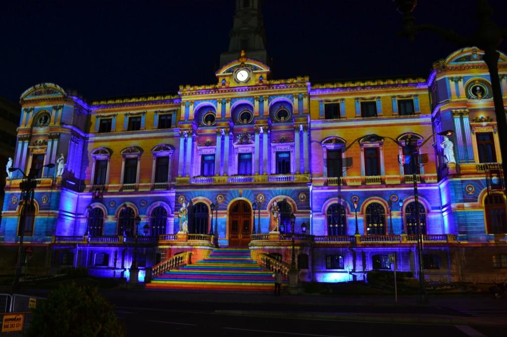 El ayuntamiento de Bilbao proyectado en colores