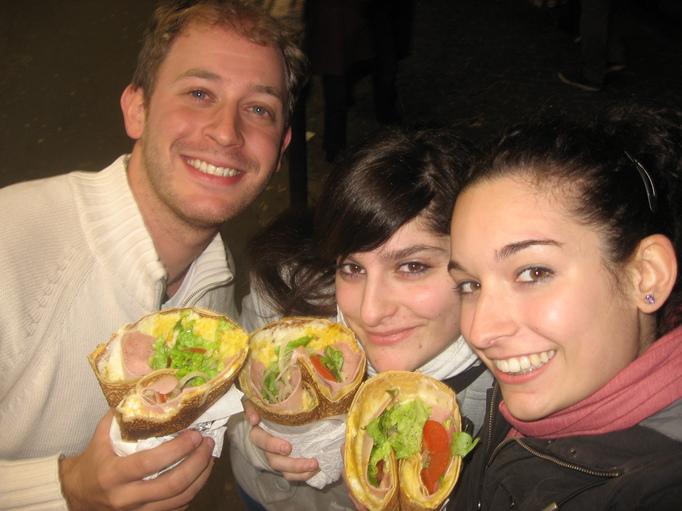 Con Nagore (izq) y Janire (der) en Paris, disfrutando unos crèpes fabulosos