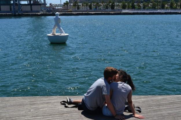 Chicos enamorados en la costa de Barcelona