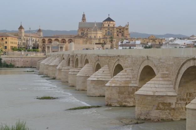 Puente romano en Córdoba, sobre el Río Guadalquivir