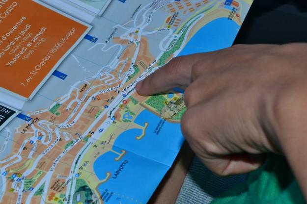 El GPS manual indicando por donde ir en Mónaco, en las manos de Janire