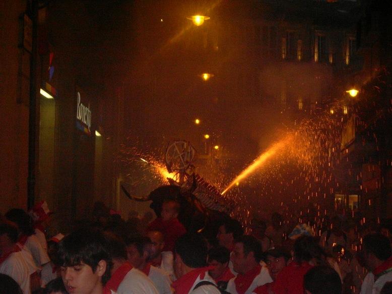 """El """"Toro de fuego"""", asustando/divirtiendo por las calles de Pamplona"""