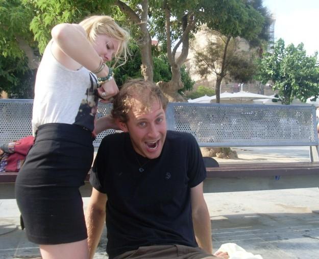 Primer corte de pelo del viaje en manos de Hanna y sus tijeras