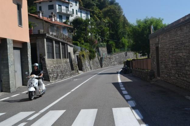 La estrecha ruta que bordea el Lago di Como