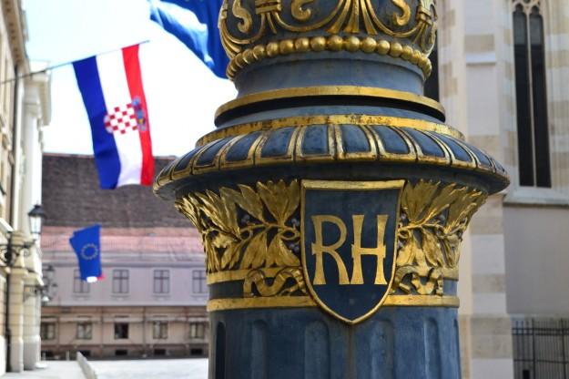 La bandera y emblema de la Republika Hrvatska (República de Croacia)