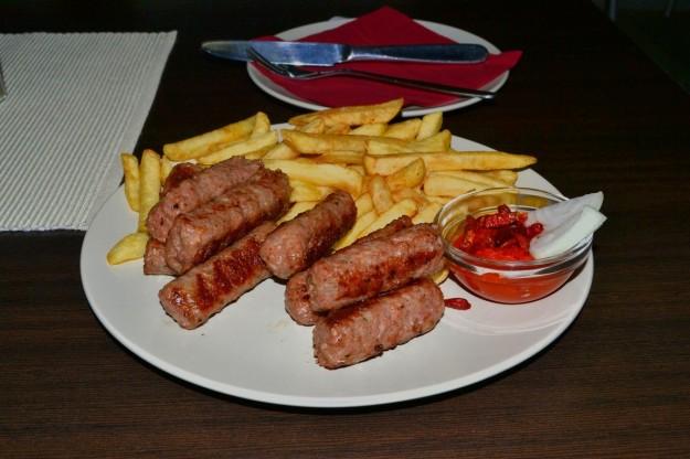 El plato más típico de la comida eslava: Cevapi con salsa ajvar y papas