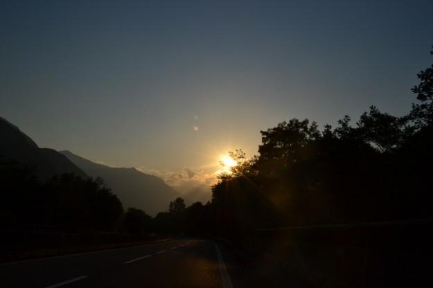 El sol va cayendo mientras avanzamos por los Alpes