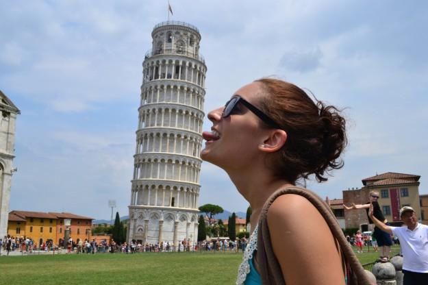 Jani lamiendo la torre de Pisa