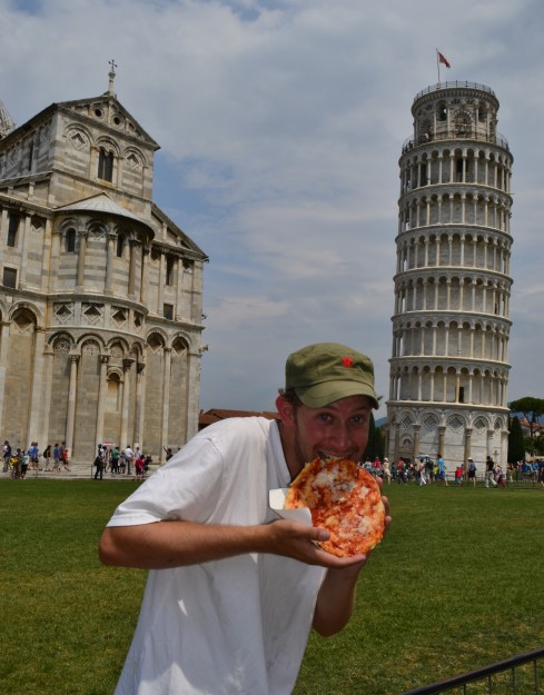 ¡Entrándole a una buena Pizza en Pisa!