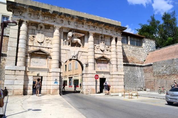 Puerta de ingreso a la ciudad amurallada de Zadar