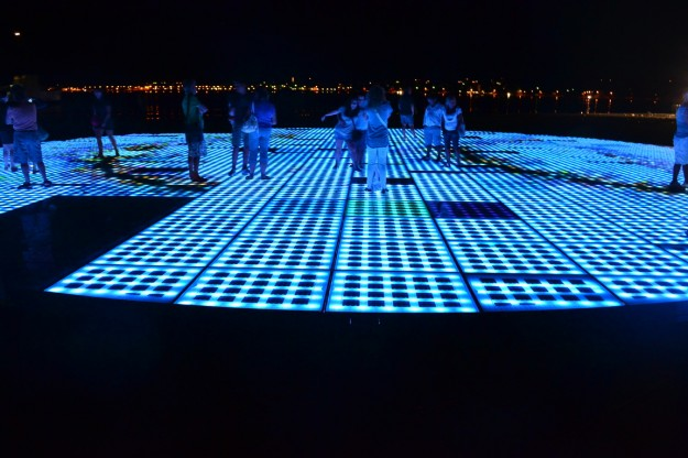 Círculo luminoso en la costanera de Zadar