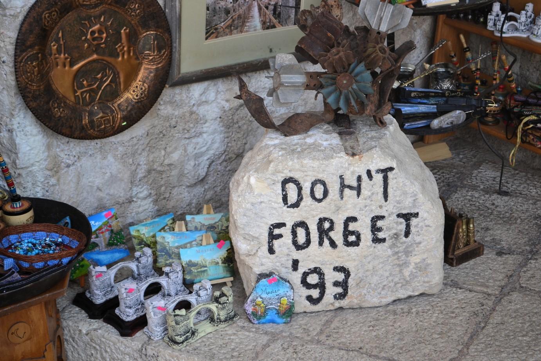 """""""No olvidar"""" la destrucción de 1993, leyenda en una roca al costado del puente de Mostar"""