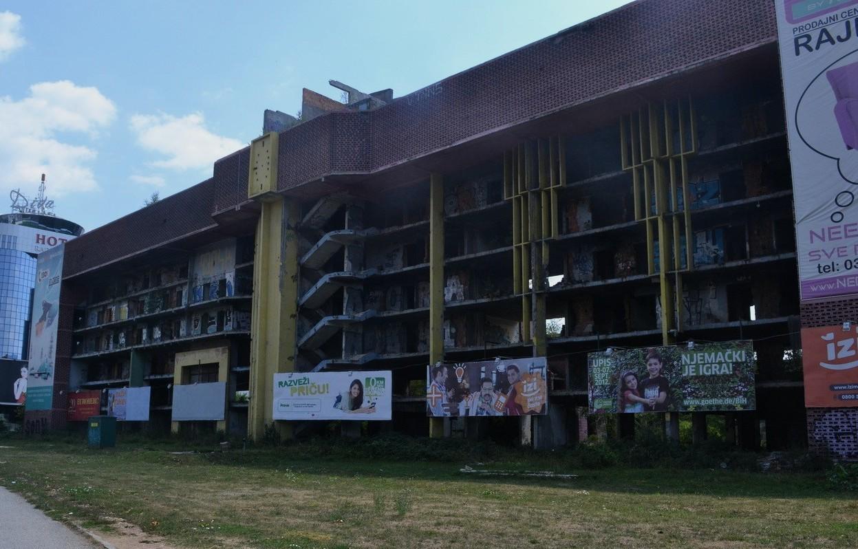 """Daños en los edificios a los lados de la """"Avenida de los Francotiradores"""", Sarajevo"""