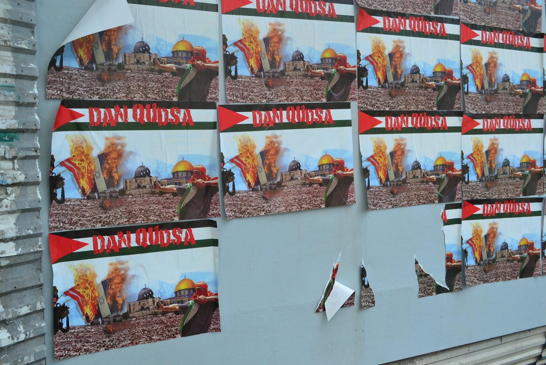 Carteles agresivos como estos en Sarajevo no se entienden tras lo sucedido allí