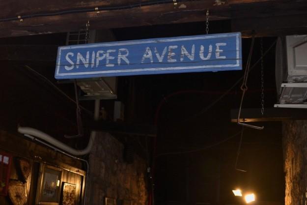 """Cartel que recuerda la tristemente célebre """"Avenida de los Francotiradores"""""""