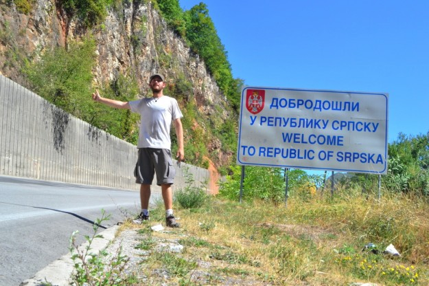 Haciendo dedo hacia la República Srpska, la parte serbia de Bosnia-Herzegovina