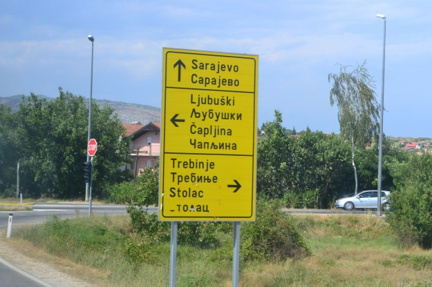 Carteles indicando la ruta a Sarajevo