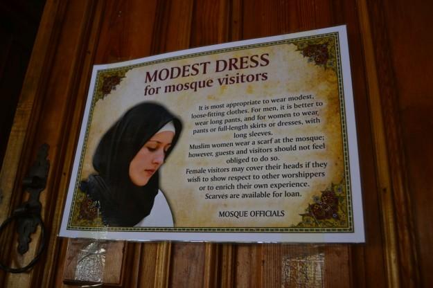 Código de vestimenta en la mezquita Karadjozbey, Mostar