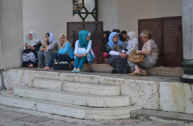 Mujeres esperando fuera de la mezquita