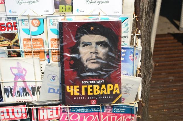 """Libro sobre el """"Che Guevara"""", versión en serbio"""