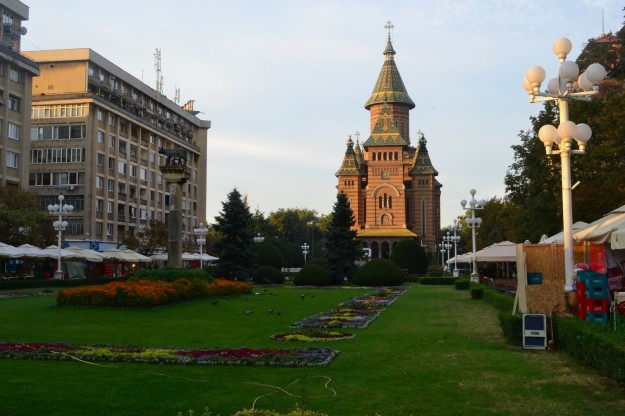 Timisoara y la catedral cuyo parque me acobijo por la noche