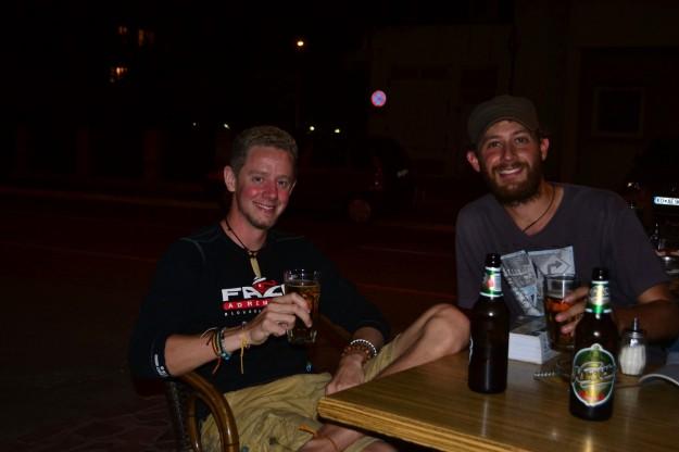 Compartiendo unas cervezas con Dan, en Kotor, Montenegro