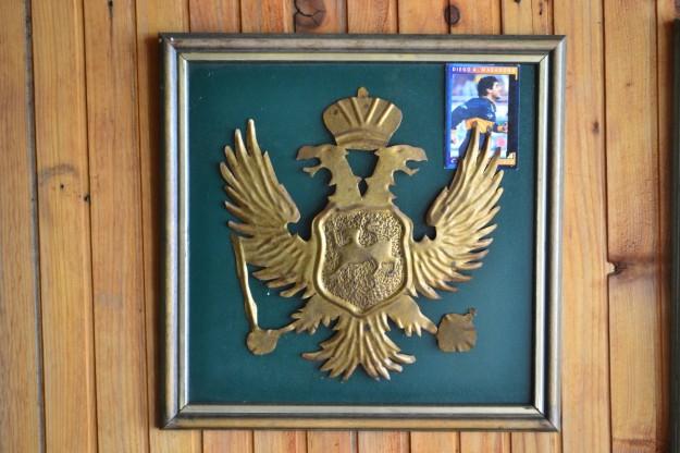 La figurita de Maradona en el Escudo Nacional de Montenegro