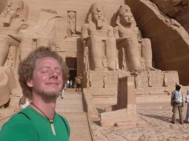 Dan posa en Egipto junto a los faraones