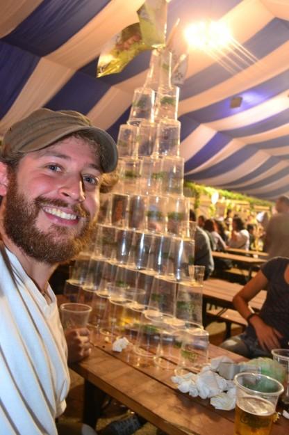 La genial pirámide de vasos consumidos que armó mi grupo del hostel