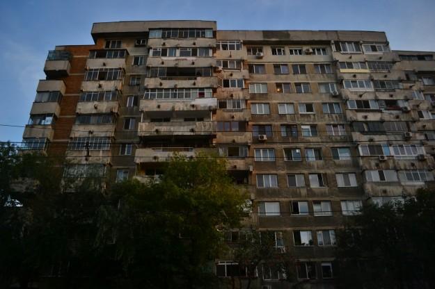Típicas edificaciones grises de la época comunista en Bucarest