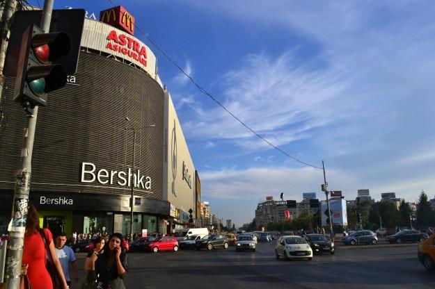 Centro Comercial Unirea frente a Plaza Unirii. La nueva imágen de Bucarest.