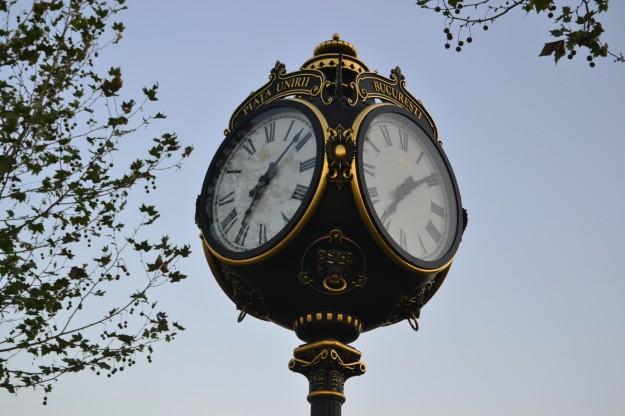 Bonito reloj en la Plaza Unirii, Bucarest