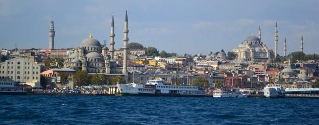 Estambul desde el Bósforo. Los minaretes de sus mezquitas coronan el casco urbano