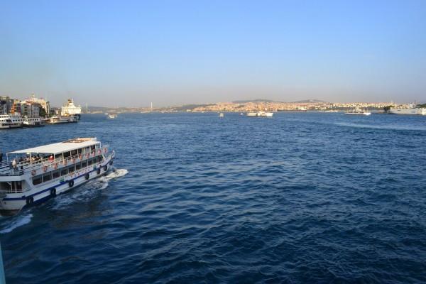 SeaBus por cruzar el Estrecho del Bósforo. Del otro lado, Asia