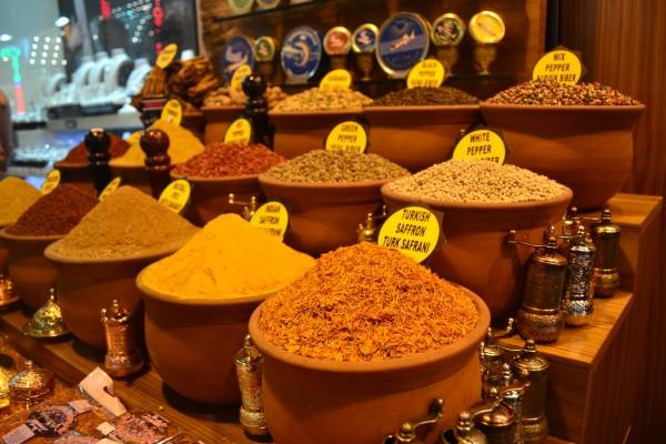 Especias de todo tipo y aroma en el colorido Spice Bazaar