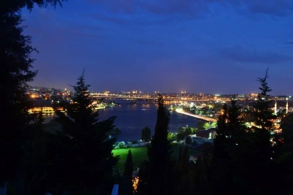 La preciosa vista de la ciudad desde la colina de la Mezquita de Eyup