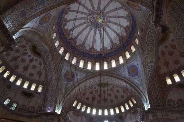 Interior de la Mezquita Azul. Los coloridos azulejos dan el apodo de la mezquita