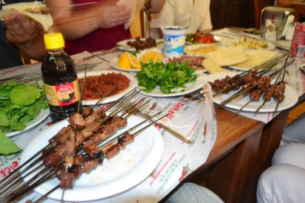 Gastronomía turca masiva: Shish Kebab, pan de pita y aderezos. Jugo de zanahoria y el famoso Ayran