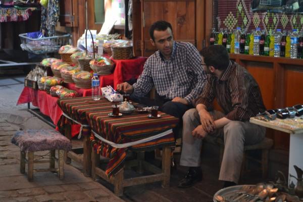 Dos comerciantes beben té en un bazaar turco