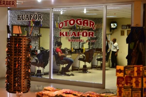 ¿Coiffeur? en una estación de autobuses del Medio Oriente turco