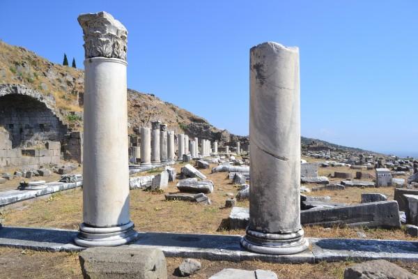 Columnas aún de pie en lo que queda del gimnasio de Pergamon