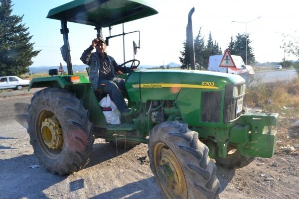 Para volver de Pergamon, este campesino me llevo en su tractor ¡Genial!
