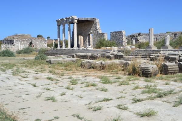 La vía sagrada de Mileto, con una estoa de orden jónico en el fondo