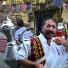 Vendedores ambulantes como este, de té turco, pasean día a día las calles de Estambul