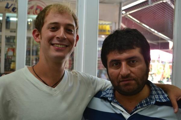 Exhibiendo el resultado final junto al ¿simpático? barbero turco