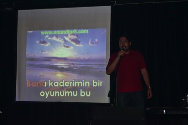 Noche de Karaoke con el grupo local de CouchSurfing en Estambul. ¿Qué estaba cantando Yilmaz? ¡Ni idea!