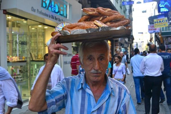 """O como éste vendedor de """"Simit"""", las rosquillas de pan turco con semillas de sémola"""